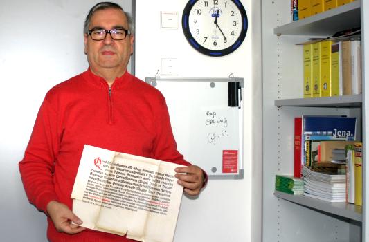 Rainer Sauer präsentiert die Promotionsurkunde von Dr. Kurt Tucholsky